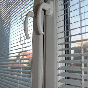 """Správne nastavené lamely žalúzií pri čiastočnom zatienení – lamely """"naháňajú"""" časť teplého vzduchu prúdiaceho popri okne na sklo od radiátora umiestneného po parapetom"""